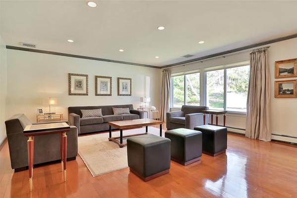 در حال حاضر در اتاق نشیمن این خانه مبلمان بسیار ساده ای قرار دارند که احتمالا کلینتون، مدل های زیباتری برای آن در نظر خواهد گرفت.
