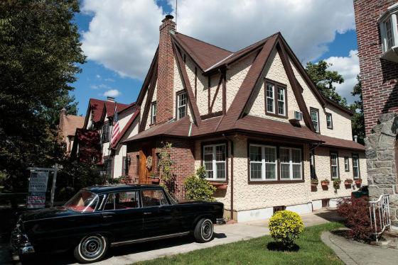 خانه دوران کودکی ترامپ - این عکس در 12 سپتامبر 2016 گرفته شده و خانه مذکور در محله جامائیکا استیت در کوئینز نیویورک سیتی واقع شده است.