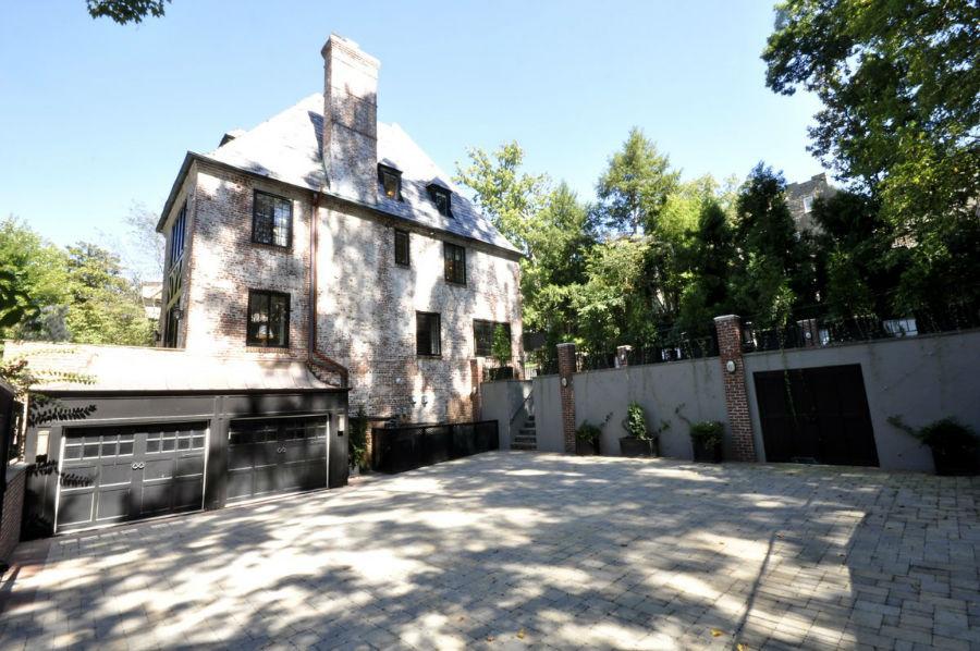 حیاطی که در ورودی خانه وجود دارد را می توان به عنوان پارکینگ ماشین مهمانان مورداستفاده قرار داد.