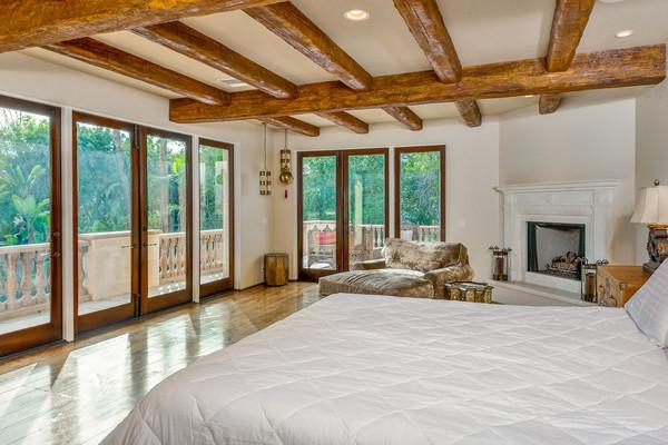 اتاق خواب دیگر این خانه بالکن داشته و نرده های آن نیز چوبی هستند.