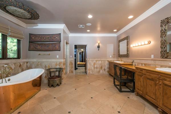 حمام این خانه با وسایل تزئینی زیادی مزین شده
