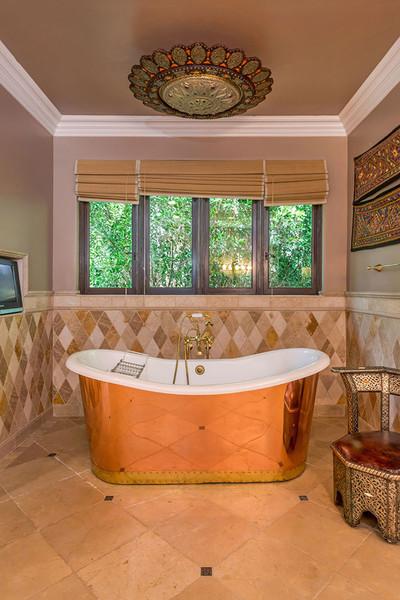 در حمام اصلی که همه اقلام به رنگ بژ انتخاب شده اند، وان از جنس مس ساخته شده است.