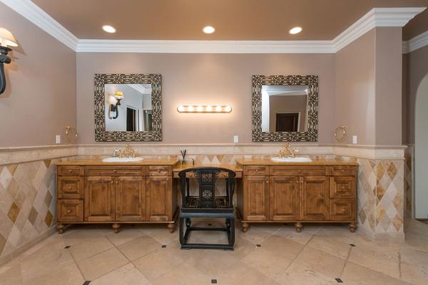 دستشوئی اصلی، دو سینک روشوئی جداگانه دارد.
