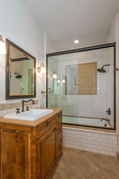 حمام مهمان کوچک و ساده طراحی شده است.