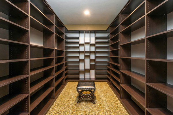 اتاق تعویض لباس، از بالا تا پائین قفسه بندی شده تا فضای کافی برای قرار دادن کیف و کفش و لباس را داشته باشد.