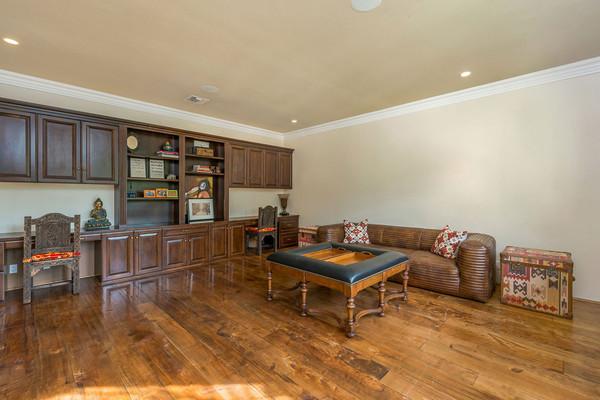 یکی از اتاق های خانه برای وقت گذارنی در نظر گرفته شده و همانند خانه های روستائی، ساده بوده و با مبلمان چرمی و کتابخانه چوبی کار شده در دیوار، حالت کاملا مردانه دارد.