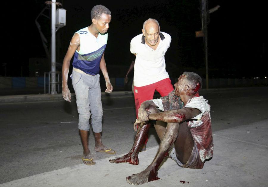 یک مرد سومالیایی که در اثر انفجار ماشین بمب گذاری شده در نزدیکی هتل در موگادیشو زخمی شده است - 26 فوریه 2016