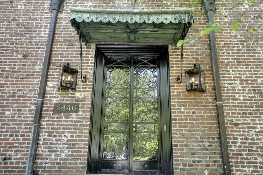 درب ورودی خانه با دو فانوس مثلا شمعی تزئین شده که در اصل با انرژی گاز روشن هستند.