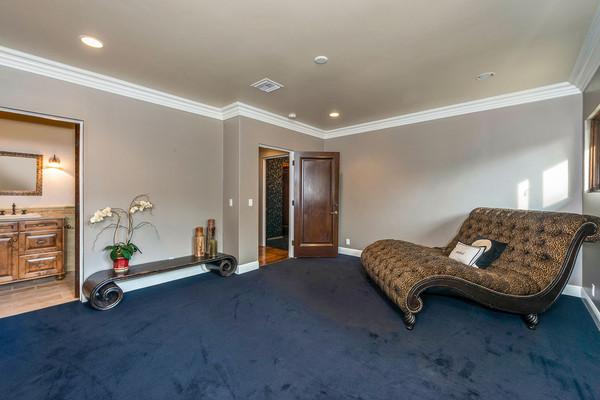 یک گوشه دنج از خانه که صندلی راحتی بزرگی برای آن در نظر گرفته شده است.