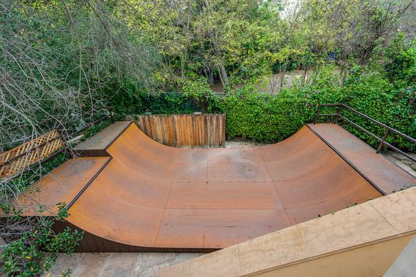فضای اختصاصی برای بازی اسکیت در گوشه ای از حیاط به چشم می خورد.