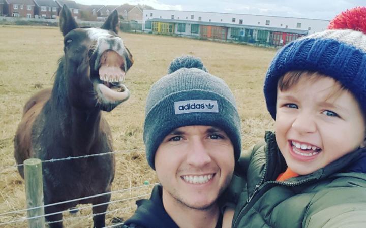 دیوید بلیس، پسرش جیکوب را به مزرعه کوچکی در نورث ولز برده بود تا از نزدیک شاهد غذا دادن به اسب ها، خوک ها و دیگر حیوانات غذا بوده و خودش نیز این کار را امتحان کند. هنگامی که می خواسته اند یک عکس سلفی از خودشان بگیرند، متوجه می شوند که یکی از اسب ها نیز همچون آنها لبخند زده و در کادر حضور دارد.