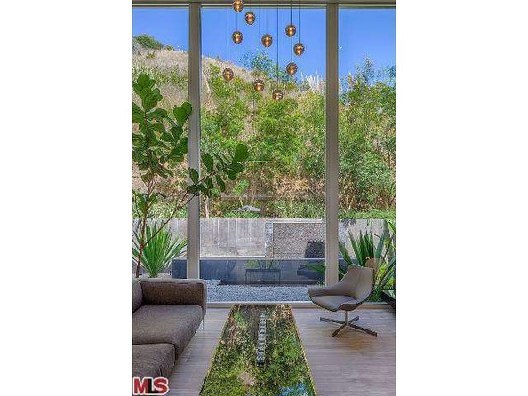 چشم انداز محیط بیرون در تعامل با طراحی مدرن داخلی، نمای بسیار زیبایی را ایجاد می کنند.