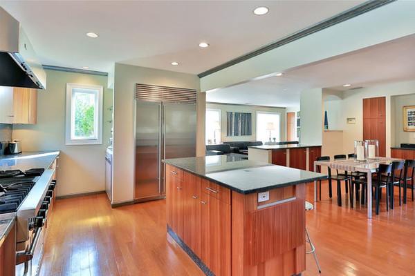 جزیره ای که در وسط آشپزخانه تهیه شده، بهترین مکان برای نوشتن کارهای در دست انجام، برنامه ریزی یا نوشیدن قهوه عصرگاهی است.