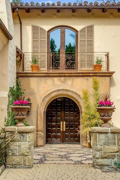 طرح قوسی شکلِ درها و پنجره های این خانه به خوبی نشان دهنده طراحی ایتالیایی آن هستند.