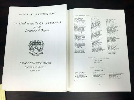 در این عکس که در 20 مارس 2016 گرفته شده، فهرست فارغ التحصیلان دانشگاه پنسیلوانیا در 20 می 1968 را نشان می دهد که به موجب آن ترامپ در رشته اقتصاد فارغ التحصیل شده.