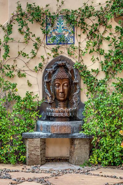 در گوشه ای از حیاط خانه شاهد فواره ای پر نقش و نگار هستیم که به نظر می رسد تحت تاثیر فرهنگ کشورهای خاور دور طراحی شده است.