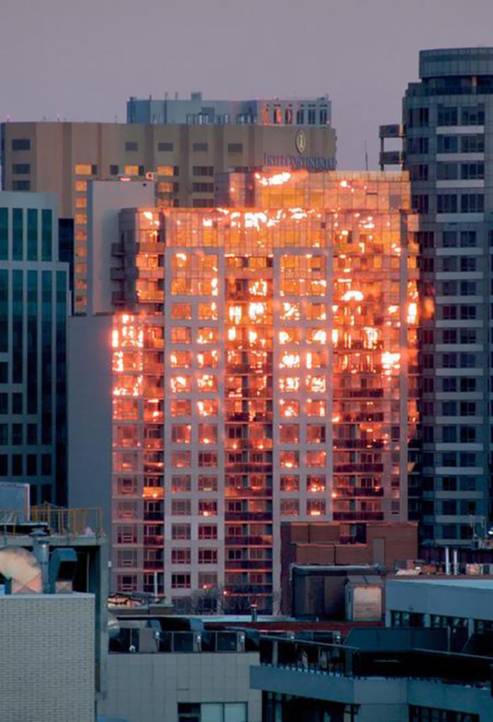 نور غروب آفتاب توهمی همانند سوختن این ساختمان را ایجاد کرده است