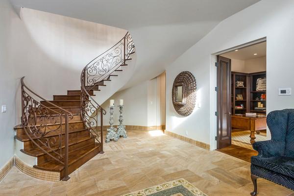 طراحی مارپیچ و زیبای پلکان داخلی عمارت، از همکف تا طبقه های بالا ادامه دارد.