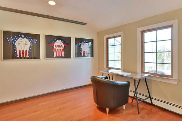 عکسی که مشاهده می کنید، اتاق کار است که بسیار ساده و وطن پرستانه طراحی شده. اما امیدواریم کلینتون ها در طراحی آن دست برده و تغییراتی در آن ایجاد کنند.