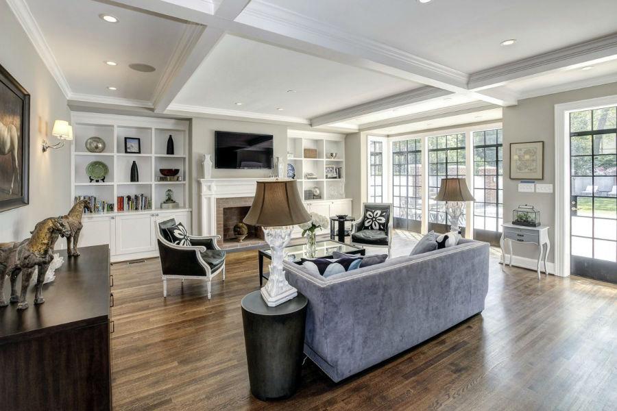 برای اتاق اصلی خانواده یک پنجره بلند که از زمین تا سقف ادامه دارد، در نظر گرفته شده که چشم اندازی به حیاط دارد.