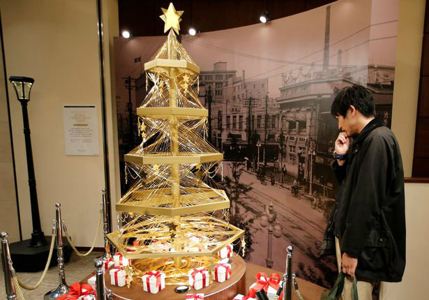 a-gold-christmas-tree-decorated-with-19-kilograms-418-lbs-of-pure-gold-wires-is-displayed-for-sa-w700