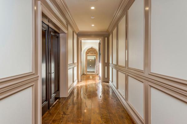 راهروی میان اتاق های عمارت با تزئینات و گچ بری های لوکس، بسیار شیک به نظر می رسد.