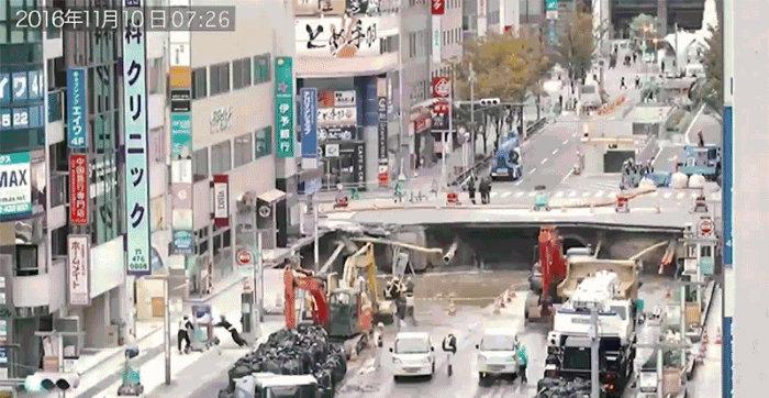 ژاپنی ها چگونه در کمتر از یک هفته حفره ۱۵ متری در میانه یکی از شهرهای خود را پر کردند [تماشا کنید]