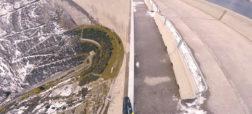 خطرناک و هیجان انگیز؛ دوچرخه سواری بر روی نرده های کناری یک سد در ارتفاع ۱۹۸ متری [تماشا کنید]
