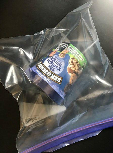 1- ظرف بستنی را درون کیسه پلاستیکی گذاشته و سپس در فریزر قرار دهید. این امر باعث می شود تا بستنی یخ نزده و خیلی سفت و سخت نشود.