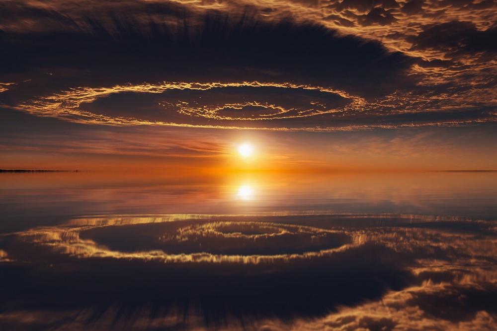 بازتاب آسمان که همانند درب ورود دنیای دیگر به نظر می رسد