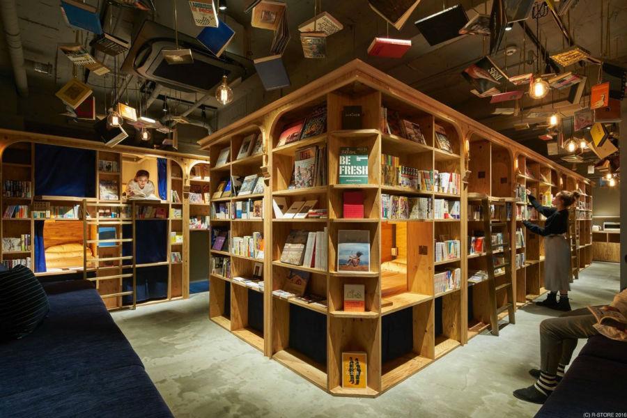 کتابخانه «کتاب و تخت» که شبیه مسافرخانه طراحی و ساخته شده است دو شعبه دارد.