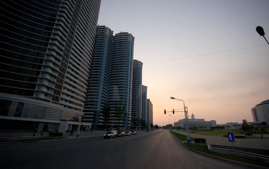 خیابانی که برج های آن شبیه ساختمان های لس آنجلس هستند