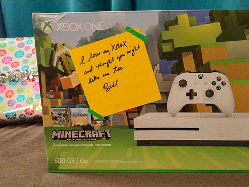 یک کنسول اکس باکس وان (مایکروسافت ادیشن) با یک دست نوشته که بیل گیتس نوشته: «من اکس باکس خود را دوست دارم و فکر کردم که شاید تو هم دوست داشته باشی.»