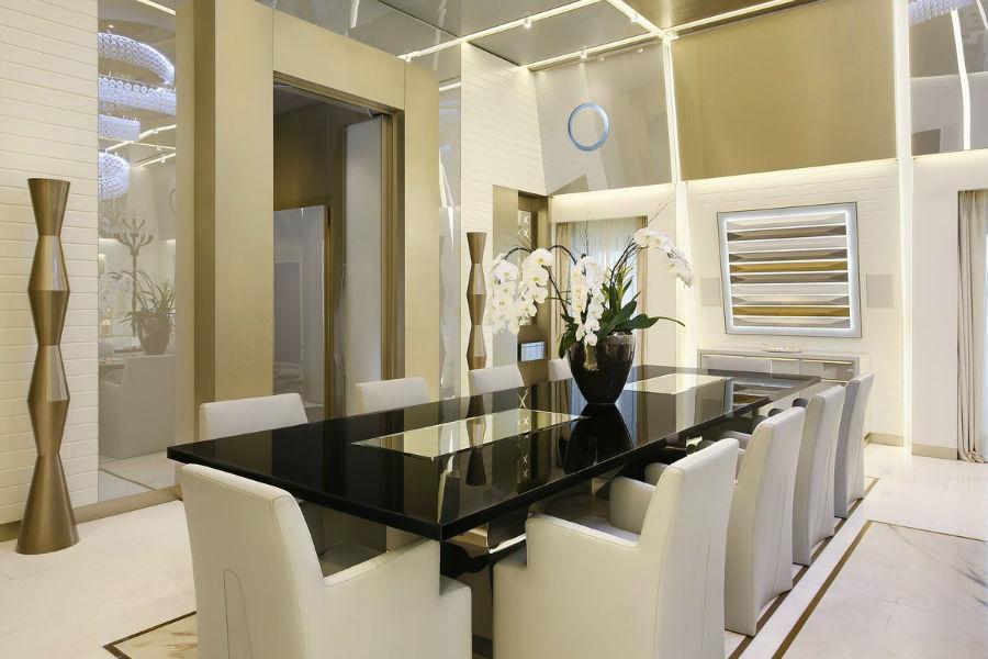 میز ناهار خوری 10 نفره این سوئیت، بهترین مکان برای بهره گرفتن از خدمات 24 ساعته این هتل محسوب می شود.