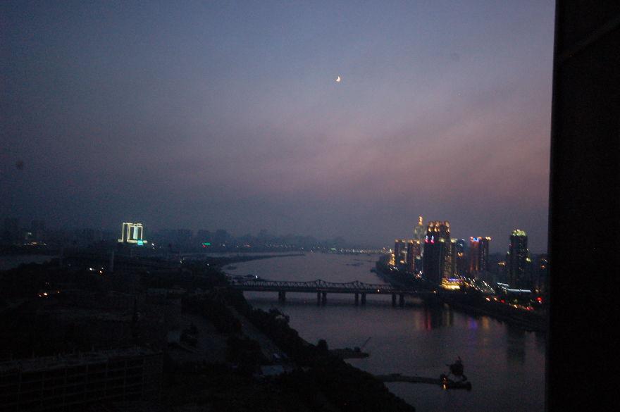 چشم انداز شهر از اتاق هتل