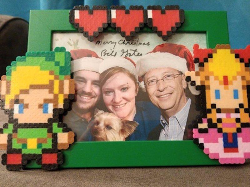 جالب ترین بخش هدیه، قاب عکس با تم بازی مورد علاقه آلیشیا و عکس خانوادگی آنها بوده که تصویر بیل گیتس نیز در کنار آن فتوشاپ شده است.