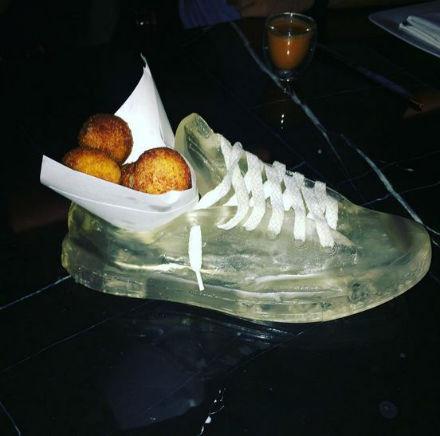 غذا در کفش کتانی