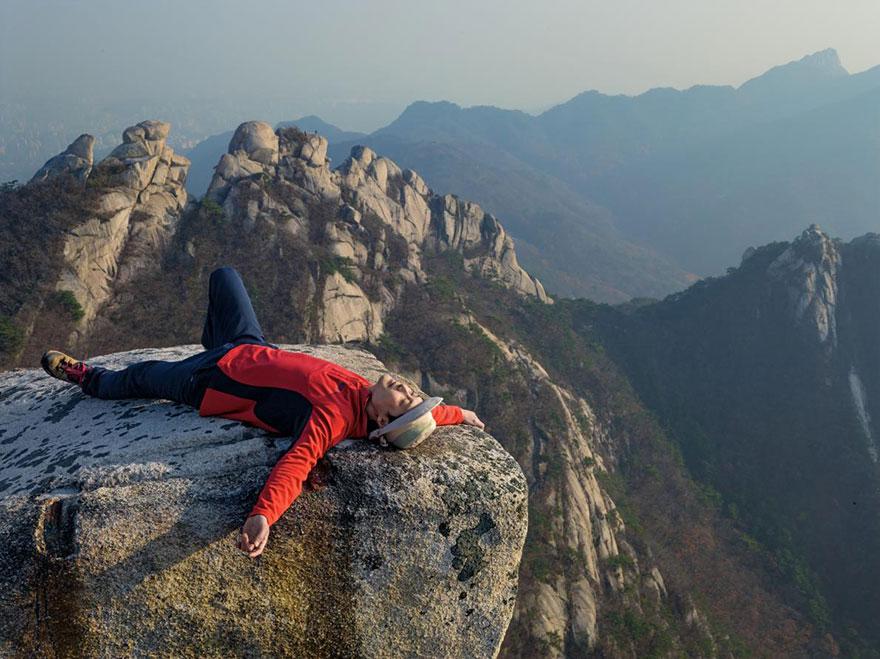 14- یک فروشنده کره ای به نام «سانگوین هونگ» پس از چند ساعت کوهنوردی در پارک ملی بوخانسان در حال استراحت است. او برای فرار از استرس های زندگی مدرن و شلوغی های شهر بزرگی همانند سئول به دل طبیعت پناه می برد.