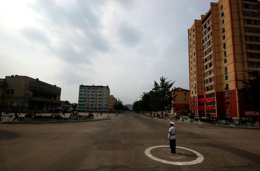 شاید به نظر برسد که این پلیس بیهوده در وسط میدان ایستاده، اما این طور نیست زیرا اتوبوس ها هم در این منطقه تردد دارند.