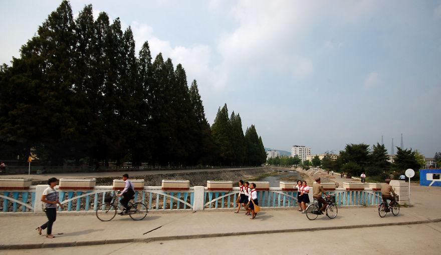 با اینکه بیشتر ترددها به صورت پیاده و با دوچرخه صورت می گیرد اما همچنان رعایت قانون ضروری است.