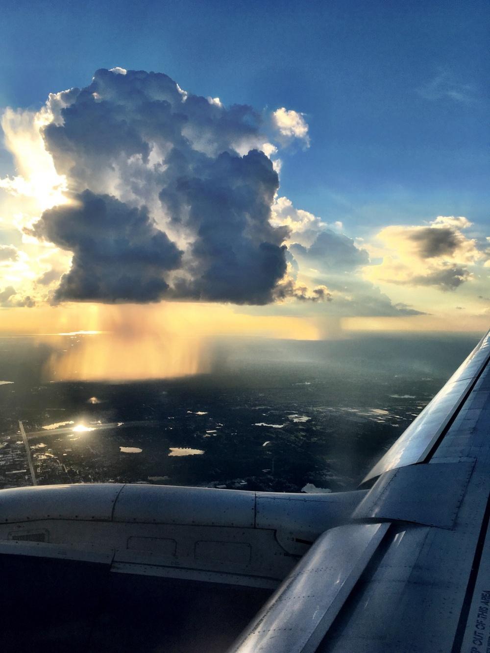 بارش باران از میان ابرها