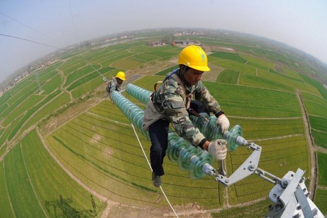 تکنسین و مسوول کابل برق ولتاژ بالا در ارتفاعات شهر در چین