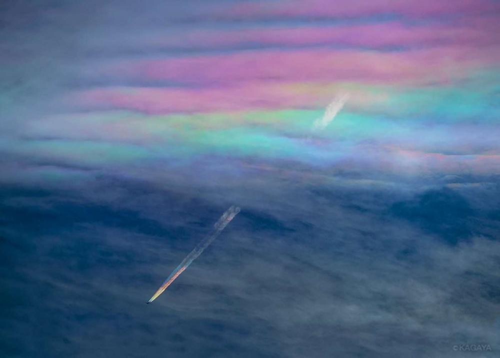 عبور هواپیما از میان رنگین کمان