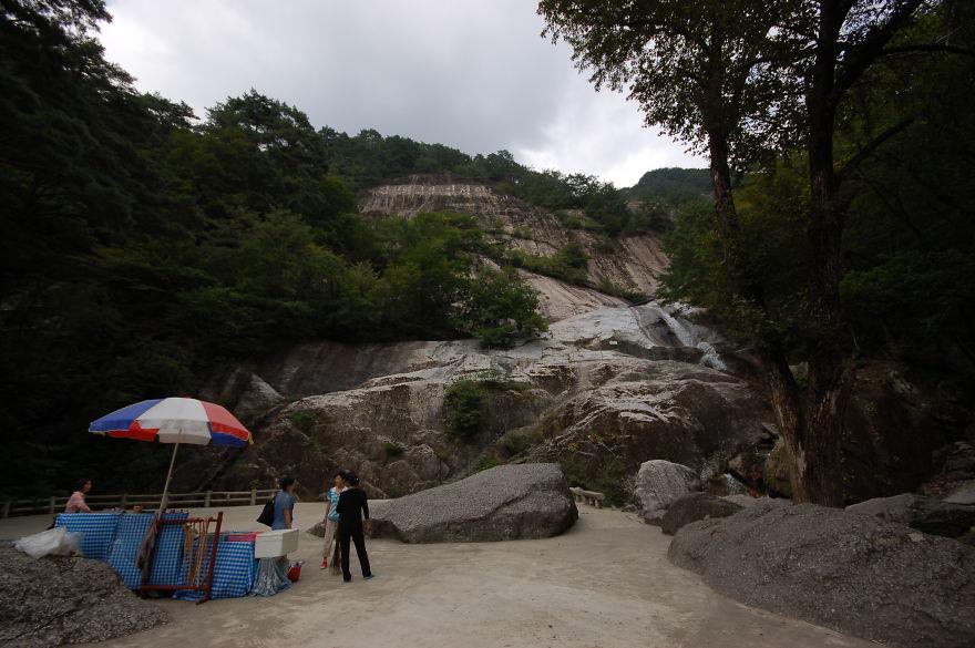 در مکان های گردشگری همانند این آبشار، دکه های ارائه غذا و خوراکی برپا شده است.