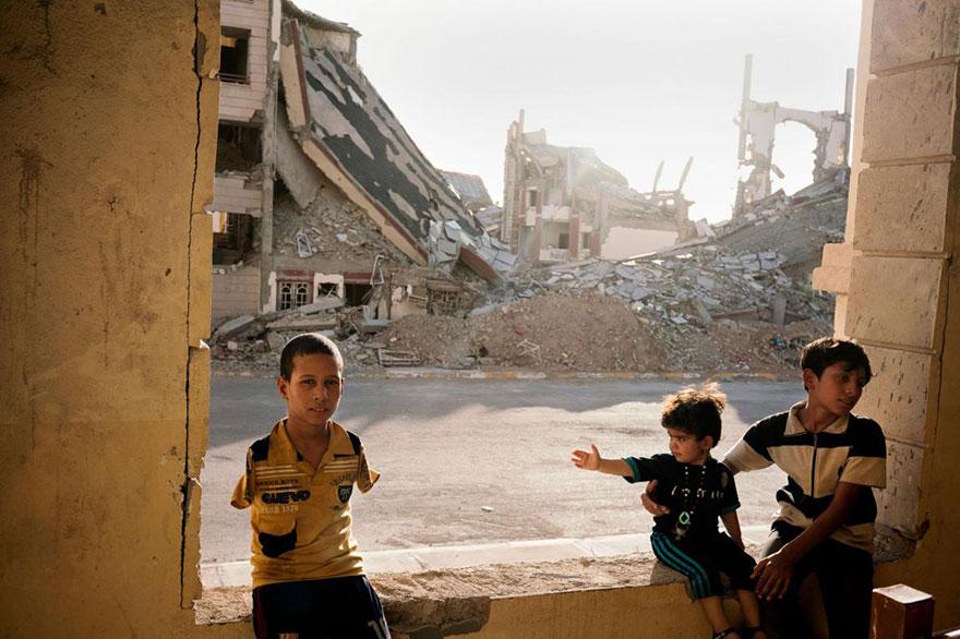 25- آواره های عراقی در میان خرابه های شهر رمدی این کشور که توسط داعش تخریب شده، زندگی می کنند.