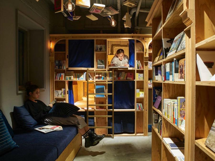 علاوه بر داشتن اتاق، خوره های کتاب می توانند در کابین های چوبی که در میان قفسه های کتاب تعبیه شده اند نیز دراز کشیده و مطالعه کنند.