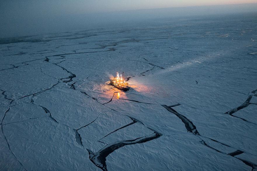 32- به منظور تحقیق در مورد تغییرات یخ های دریایی، یک کشتی تحقیقاتی به نام Lance به مدت 5 ماه در سال 2015 در میانه دریای منجمد لنگر انداخته بود تا این تغییرات را در بازه زمانی زمستان تا بهار در ناحیه قطب شمال، بررسی کند.