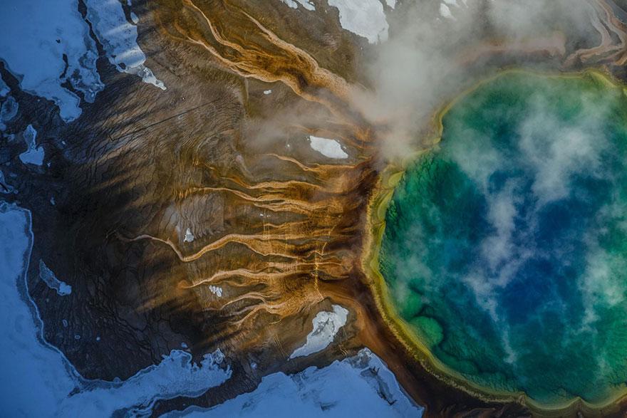 34- رنگ های چشمه آب گرم گرند پریسماتیک در یلواستون در نتیجه خزه های گرمادوستی است که در آب های گرم و داغ رشد می کنند.