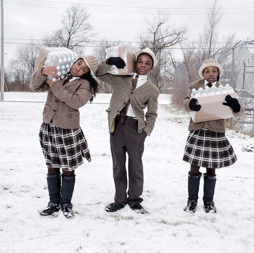 35- سه برادر و خواهر به نام های جولی، آنتونیو و ایندیا آبرام در منطقه Flint میشیگان در حال حمل سهمیه آب نوشیدنی خود از ایستگاه آتش نشانی شماره سه که تامین کننده آب شرب منطقه است، هستند.