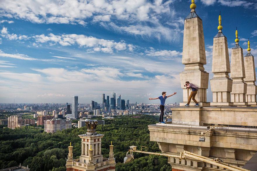 5- «کایریل سلنسکی» در لبه حاشیه های تزئینی نمای ساختمان مشهور دیما بالاشُف در شهر مسکو ایستاده و عکس می گیرد. این مردانِ 24 ساله که به عنوان انسان های نترس و صعود کننده از ساختمان ها شناخته می شوند، به این ترتیب شاهکار و شهامت خود را در اینستاگرام جشن گرفته اند.